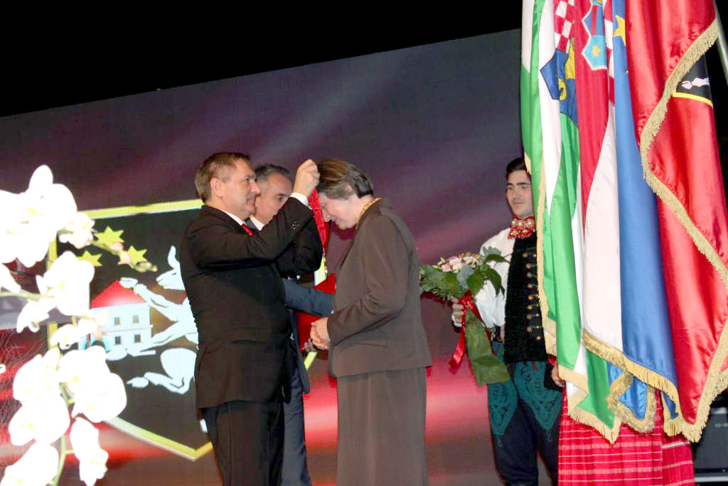 Dr. Čunčić prima odličje s likom Franje Lučića od gradonačelnika Dražena Barišića